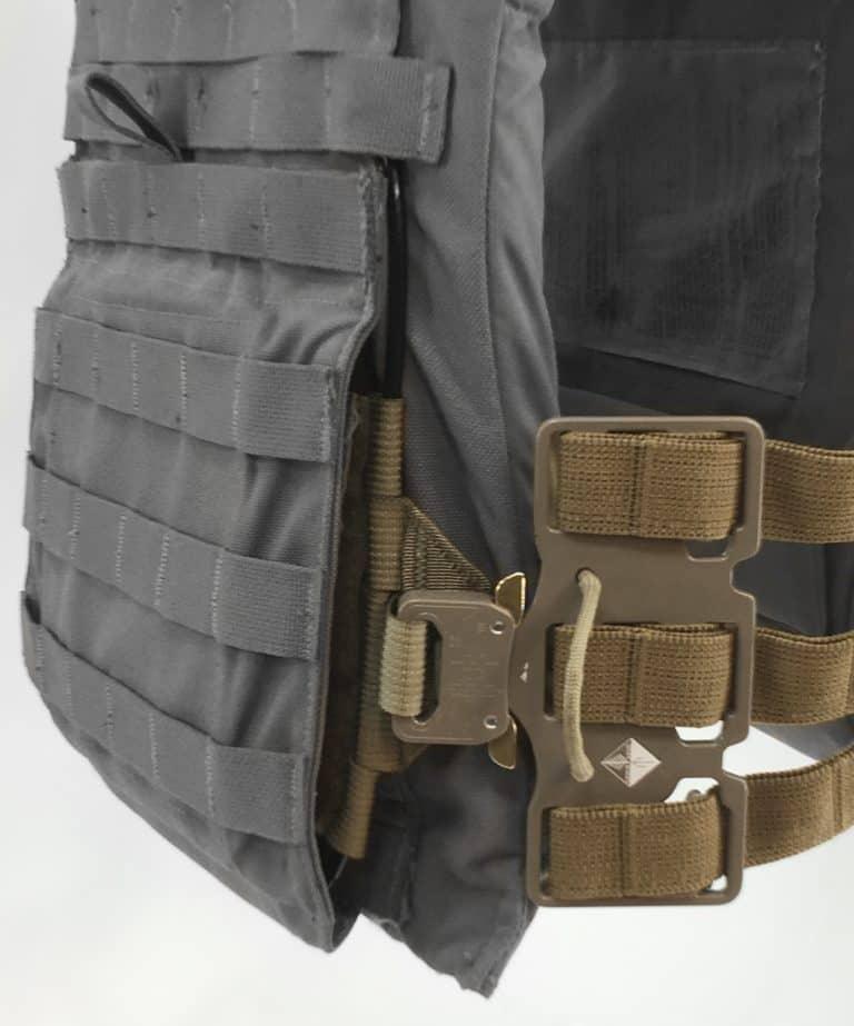 FRCKit_USMC-CIF_Flex-Buckle_Velcro-Anchor_Flap-Closed_oblique_Black-and-White-Pop-768x923